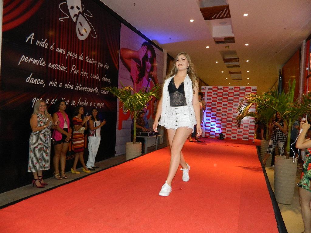 7b3f381fd1 Desfile marca lançamento da coleção fim de ano da Moreno Calçados